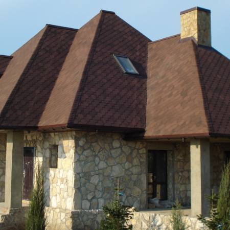 Крыша из битумной черепицы в Себино.