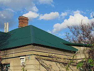 Профнастил кровельный зелёного цвета на крыше