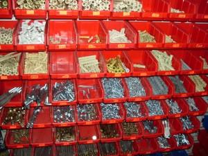 Лотки с крепежом в магазине на рынке Колос