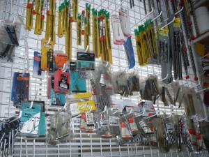 Торговый стенд с инструментом в магазине на рынке Колос в Николаеве
