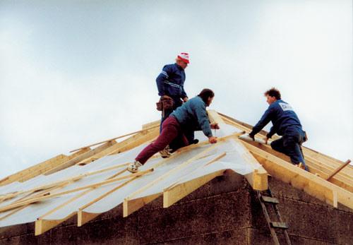 Монтаж подкровельной пленки Juta на крыше дома